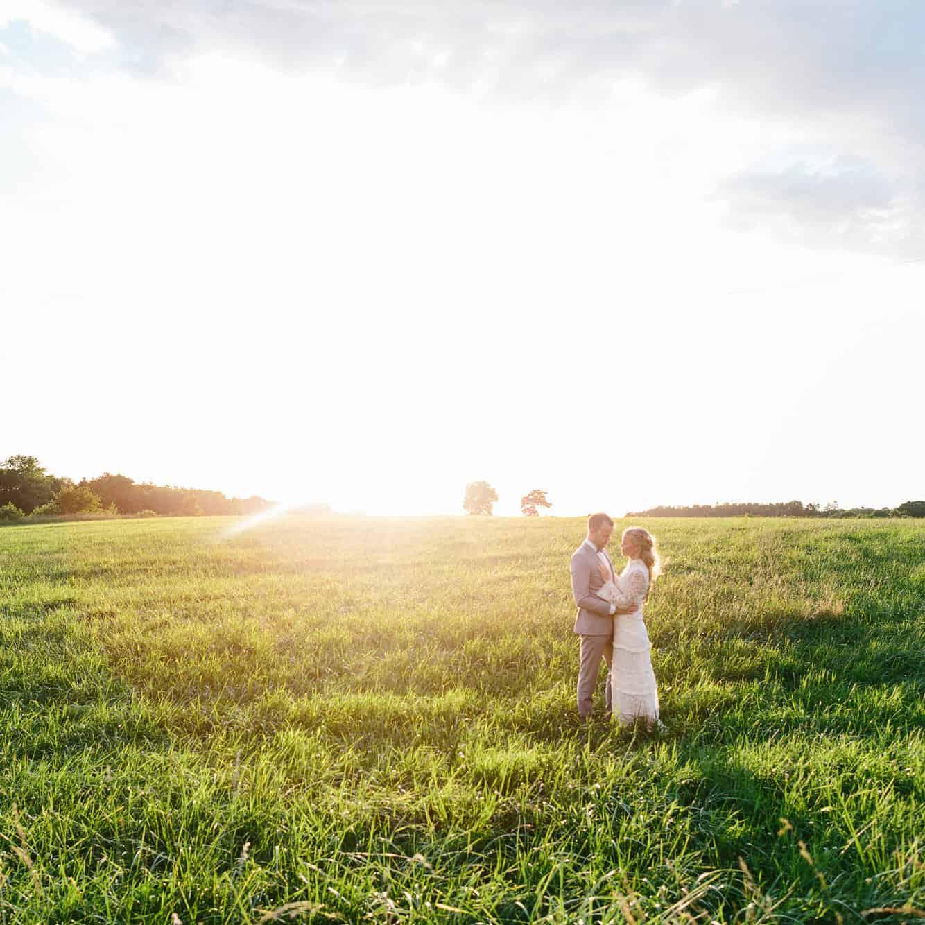 Marie-Louise och Jonas fantastiska sommarbröllop på Strömma Farmlodge utanför Varberg fotograferat av Oskar Allerby